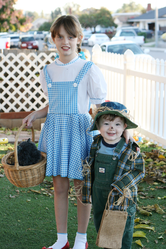 Dorothy and the Scarecrow Halloween costumes {Saving Up for Disney}